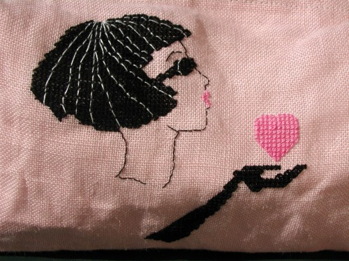 zoom broderire trousse rose.JPG